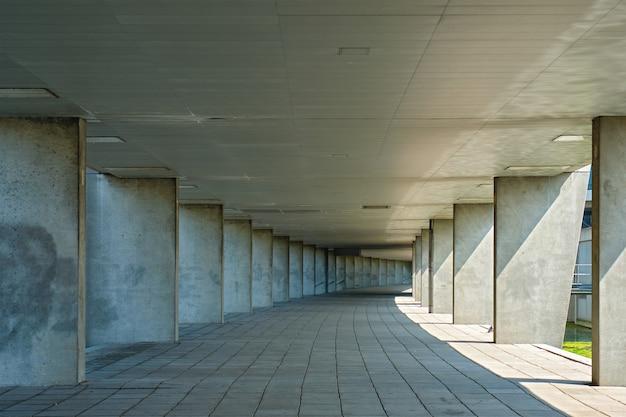 Tunel ggallery w pobliżu parku muzealnego w rotterdamie w holandii
