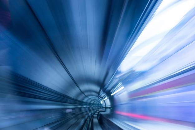 Tunel metra z niewyraźne światła