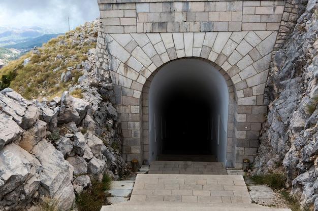 Tunel na górze w lovcen w czarnogórze jesienią