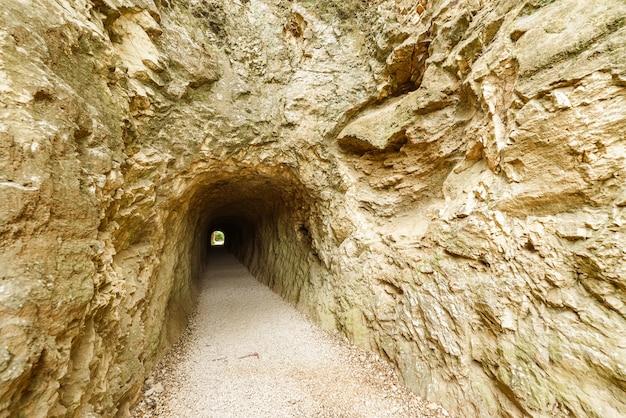 Tunel rzymskiego akweduktu wykuty w skale góry