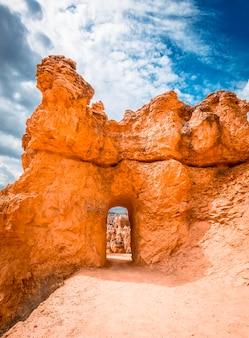 Tunel w erozji kamieni na szlaku queens garden trail w bryce national park w stanie utah. stany zjednoczone
