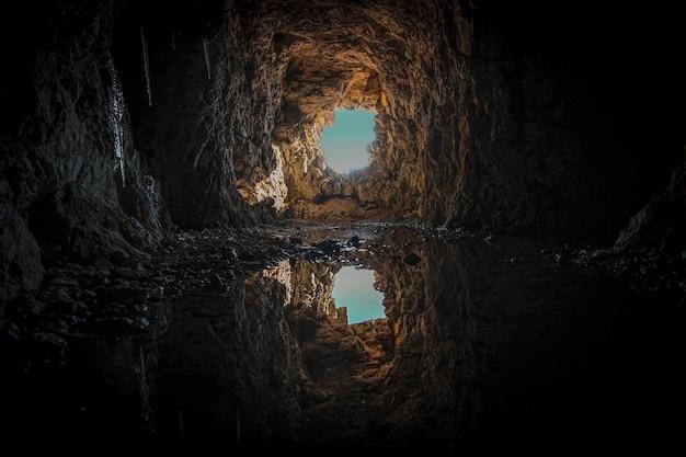 Tunel z brązowego betonu w ciągu dnia