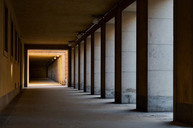 Tunel z cieniami i światłami.