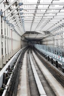 Tunel z kolejami w tokio. perspektywiczny.