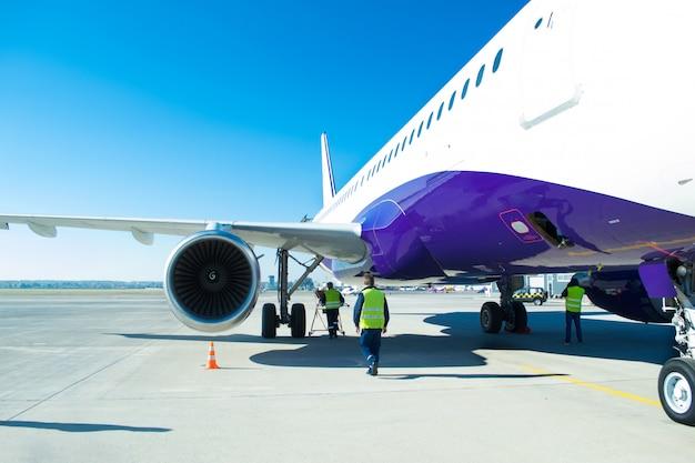 Turbina dużego samolotu pasażerskiego, który czeka na odlot na lotnisku
