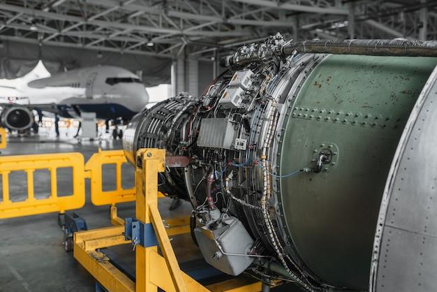 Turbina samolotu odrzutowego na naprawie w hangarze