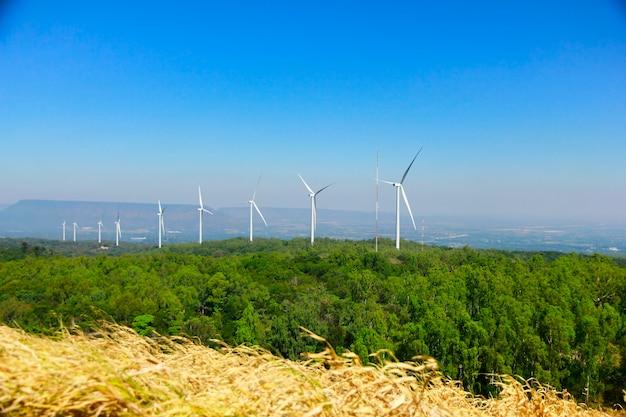 Turbina wiatrowa dla alternatywnej energii na tła niebie