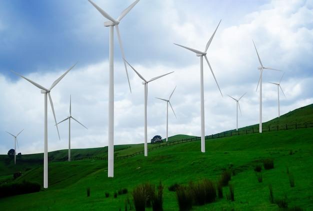 Turbina wiatrowa farma generatora mocy w pięknym krajobrazie przyrody