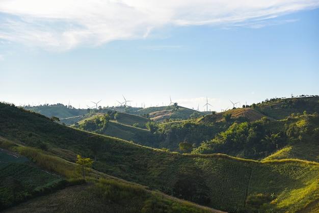 Turbina wiatrowa krajobraz naturalna energia zielona koncepcja eco power na farmie turbin wiatrowych