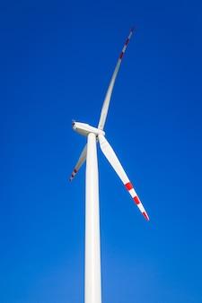 Turbina wiatrowa na niebieskim niebie bez chmur