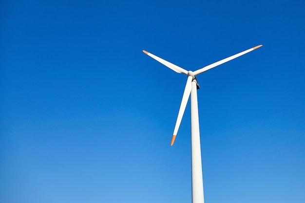Turbina wiatrowa na tle błękitnego nieba