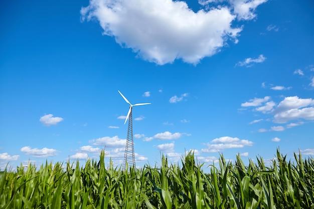 Turbina wiatrowa przeciw błękitne niebo z białymi chmurami