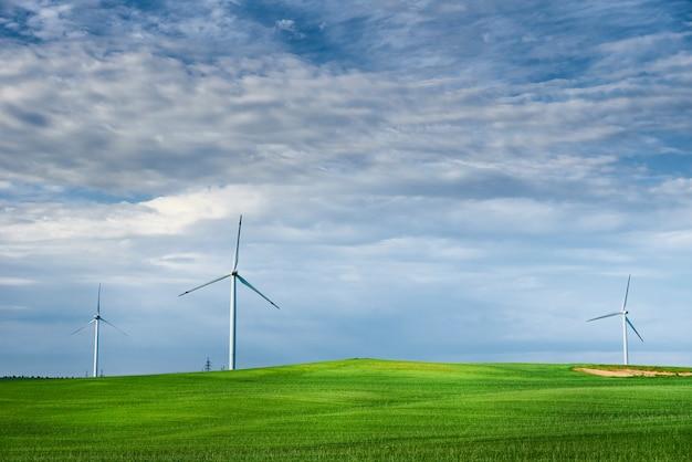 Turbina wiatrowa w tej dziedzinie. koncepcja energii wiatru. energia odnawialna dla ochrony klimatu