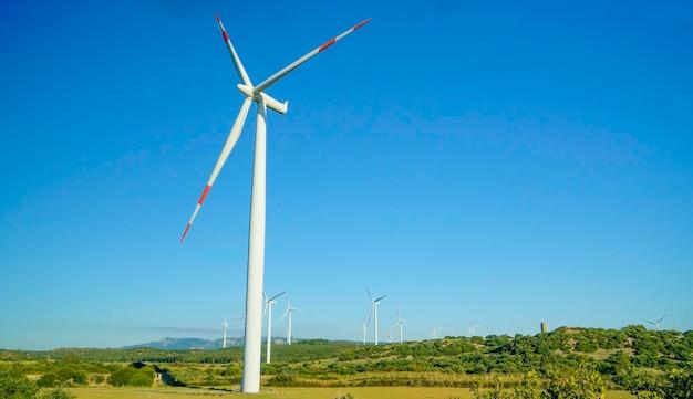 Turbina wiatrowa z pięknym niebieskim niebem. eoliche, prąd. portoscuso, południowa sardynia