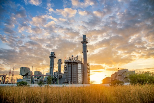 Turbinowy elektrowni rośliny budynek podczas zmierzchu czasu na natury tle
