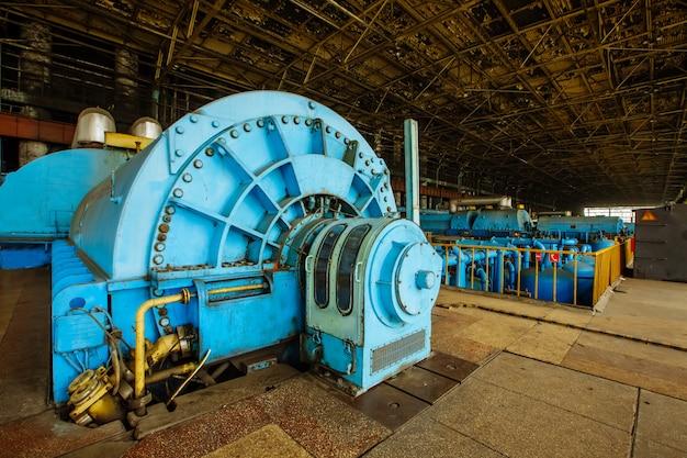 Turbiny w komorze silnika turbin parowych elektrowni jądrowej