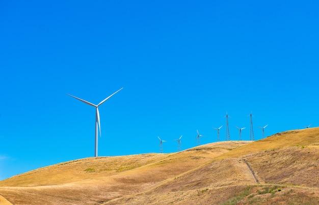 Turbiny wiatrowe na górze, alternatywna zielona energia w przyszłości.