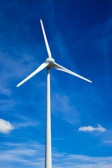 Turbiny wiatrowe na niebie