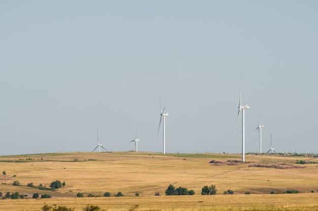 Turbiny wiatrowe w suchym krajobrazie alternatywny sposób wytwarzania energii elektrycznej