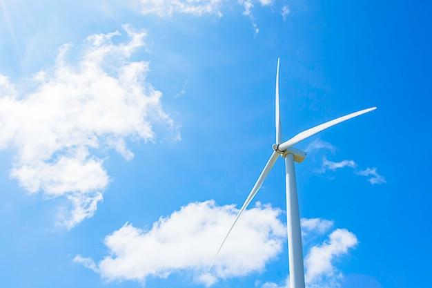 Turbiny wiatrowe wytwarzają elektryczność i jasne błękitne niebo w khao kho w phetchabun w tajlandii.