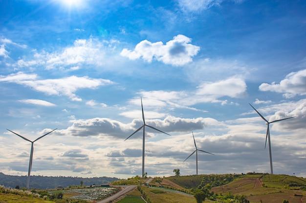 Turbiny wiatrowe wytwarzają energię elektryczną na moutain w khao kho w phetchabun w tajlandii.