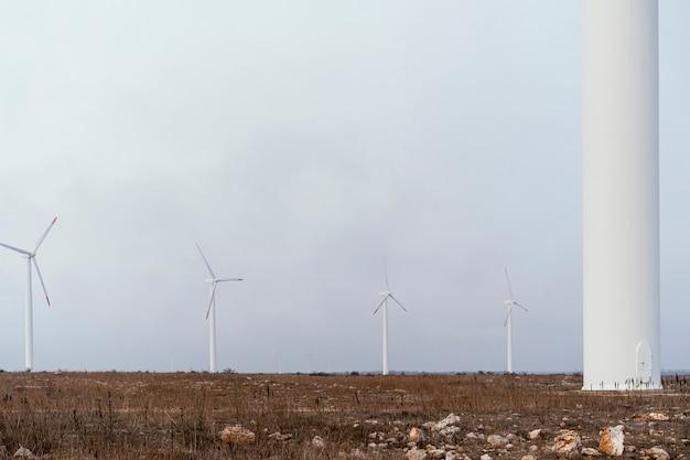 Turbiny wiatrowe wytwarzające energię elektryczną w terenie