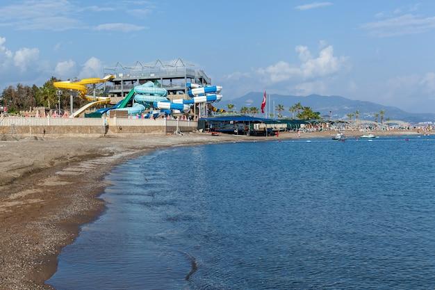 Turcja alanya 05 maja 2019: park rozrywki z różnymi kolorowymi zjeżdżalniami i dużym basenem w słoneczny dzień.