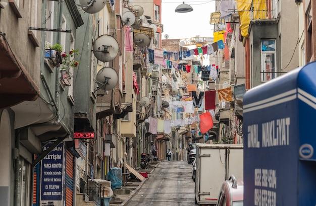 Turcja, stambuł, czerwiec 2018 - jedna z ulic w dzielnicy beyoglu w ciągu dnia