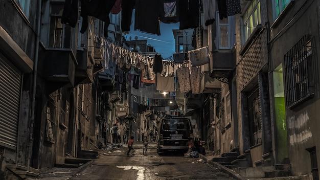 Turcja, stambuł, czerwiec 2018 - nocny widok ulicy w dzielnicy beyoglu