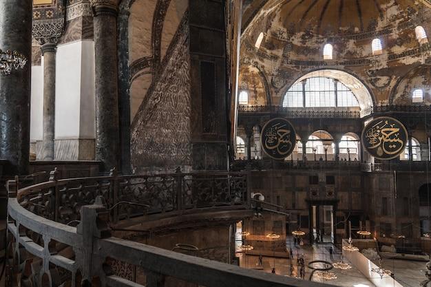 Turcja, stambuł, czerwiec 2018 - wnętrze świątyni hagia sophia. jest obiektem światowego dziedzictwa unesco