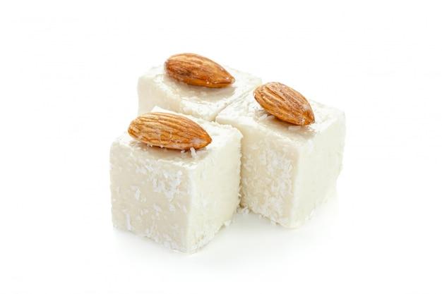 Tureccy cukierki na białym tle