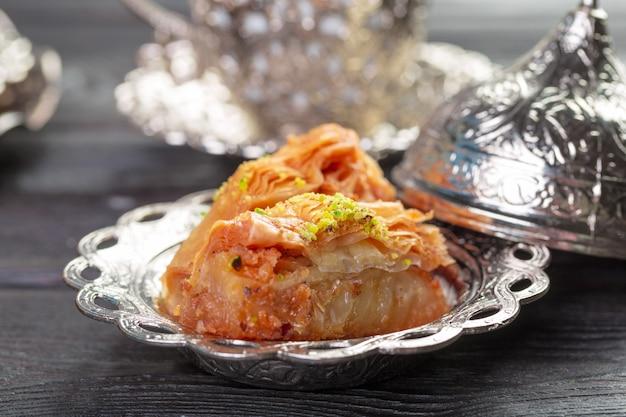 Turecka arabska deserowa baklava z miodem i dokrętkami na srebnym talerzu