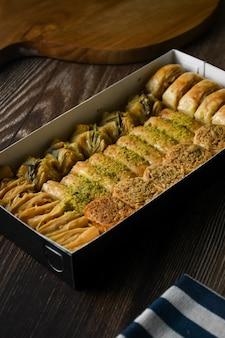 Turecka baklava słodkie ciasto z pudełkiem