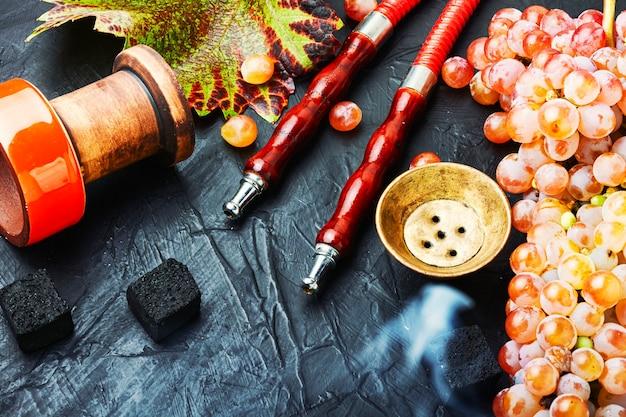 Turecka fajka wodna z tytoniem do fajki wodnej o smaku winogronowym.arabska szisza do palenia
