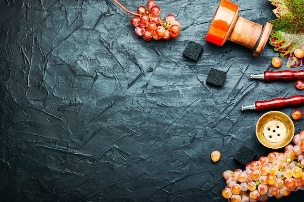 Turecka fajka wodna z tytoniem shisha o smaku winogronowym.miejsce na tekst