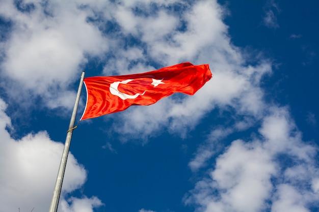 Turecka flaga i niebieskie niebo