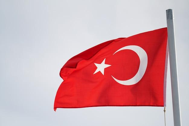 Turecka flaga macha na wietrze