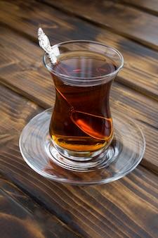 Turecka herbata w kryształowym szkle