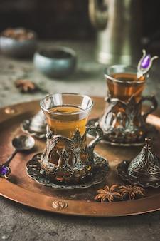 Turecka herbata w tradycyjnym szkle na zbliżenie tacy