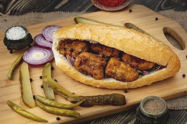 Turecka kanapka z donerem rybnym. fast food.