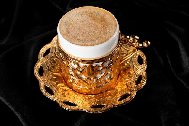 Turecka kawa. orientalna zastawa stołowa z wzorem. ziarna kawy, turcy
