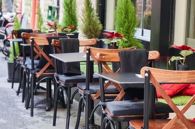 Turecka kawiarnia uliczna w stambule. stół i krzesła stoją bezpośrednio na ulicy. charakterystyczne miejsce do odwiedzenia przez mieszkańców.