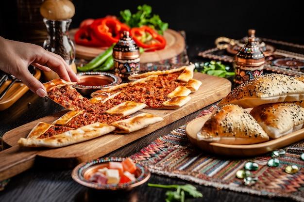 Turecka pizza pita z mięsem.
