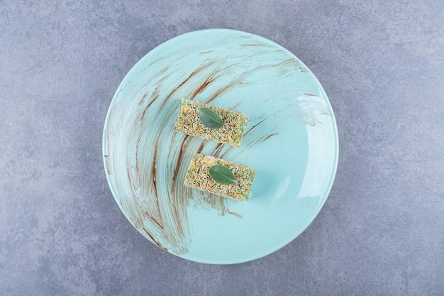 Turecka rozkosz rahat lokum z orzechami laskowymi na zielonym talerzu.