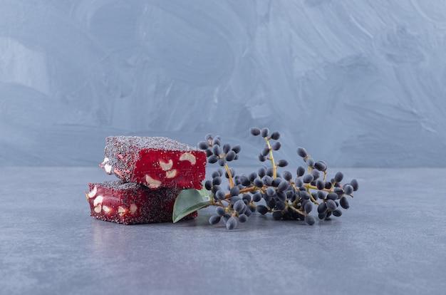 Turecka rozkosz rahat lokum z pistacjami na szarym tle.