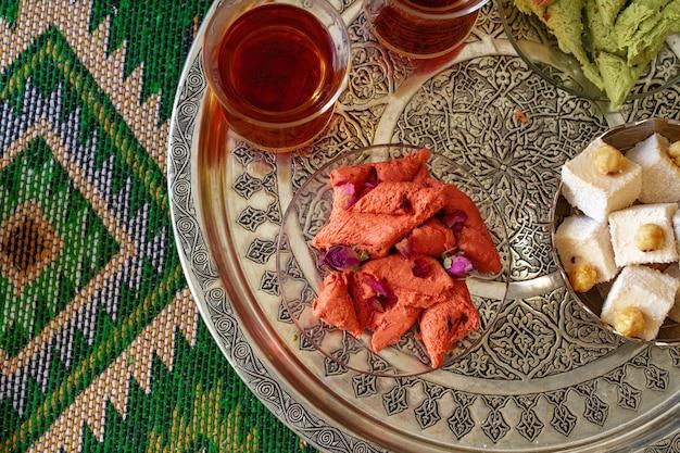 Turecka słodka baklava na metalowej tacy z turecką herbatą