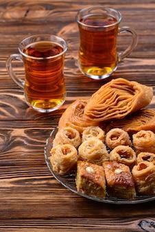 Turecka słodka baklava na talerzu z turecką herbatą