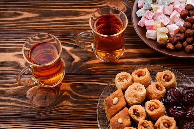 Turecka słodka baklawa na talerzu z turecką herbatą