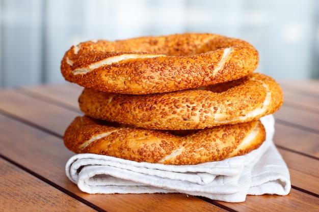 Turecki bagel simit z sezamem, tradycyjne ciasto z indyka