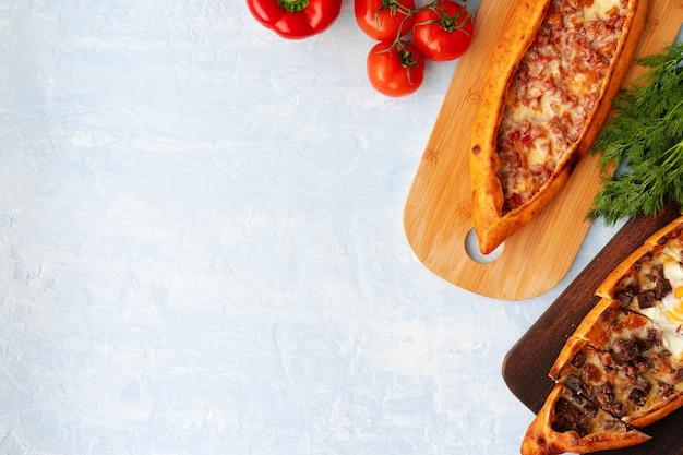 Turecki chleb pide na jasnoniebieskiej powierzchni drewnianej